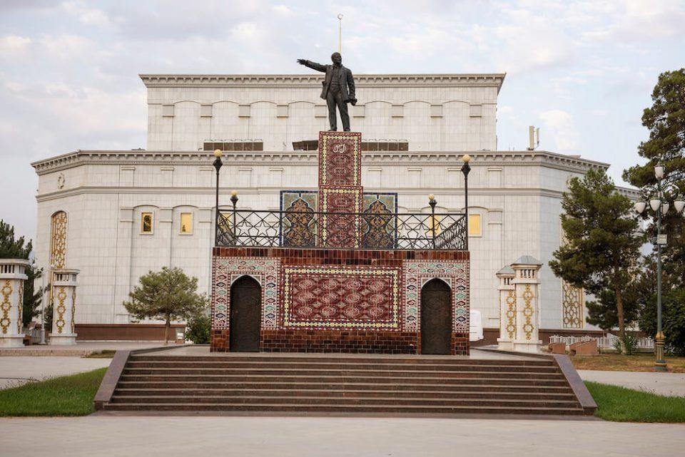 Lenin-pomnik-dywan-turkmenistan-zdjecie-fotografia-pismo