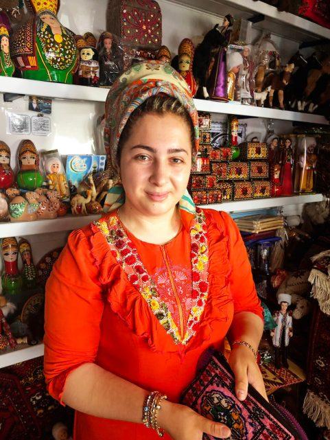 Turkmenistan-kobieta-targowisko-pamiatki-muzulmanka-pismo-zdjecie