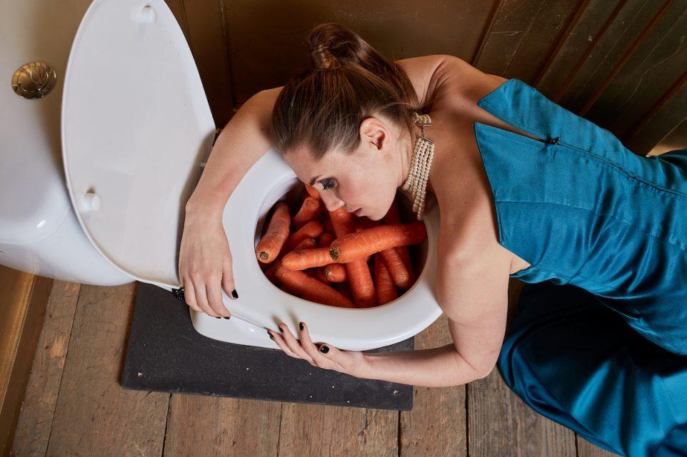 pismo-toaleta-marchew-kobieta-jedzenie-wege-fotoreportaz-zgon-wymiociny-zdjecie-bartek-barczyk