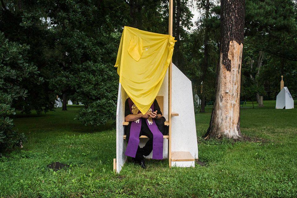 krakow-spowiedz-ksiadz-park-wakacje-religia-polska-fotoreportaz-pismo
