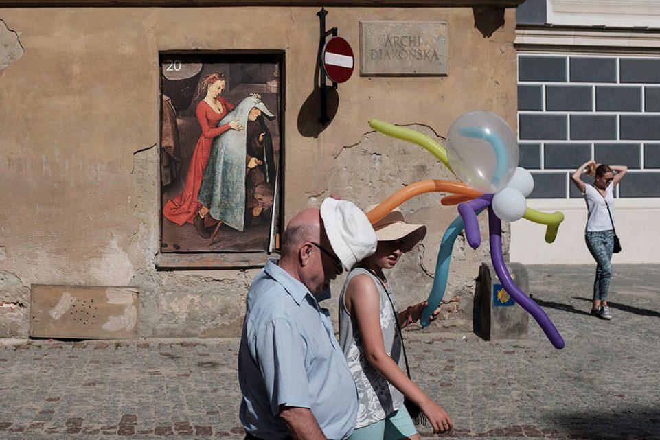 lublin-ulica-obraz-wakacje-pismo-slonce-turysci-fotoreportaz