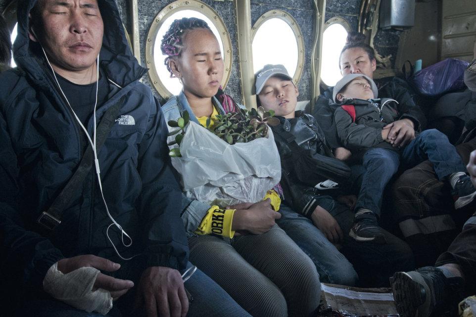 Sebian-Kiujol-Syberia-Jakucja-samolot-podroz-ludzie-rodzina-kwiaty-sen-pismo
