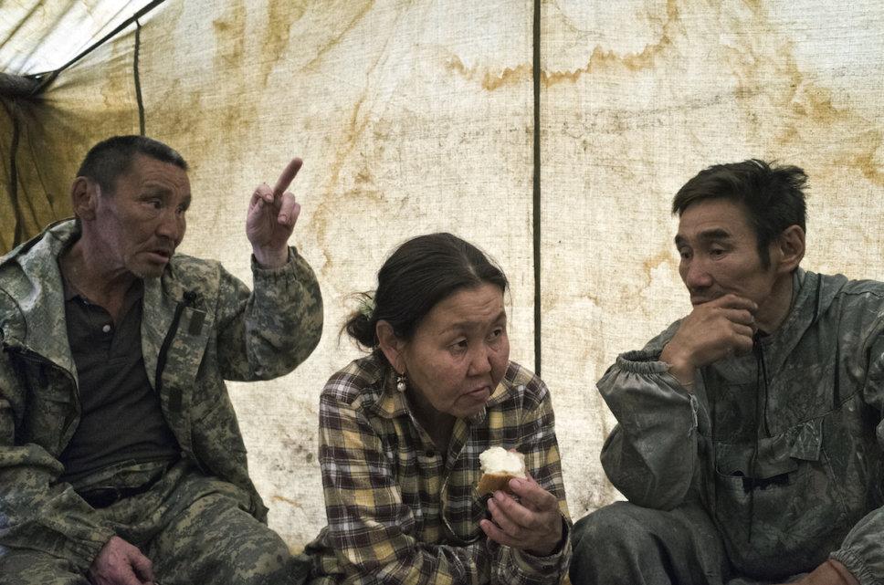 Sebian-Kiujol-rodzina-namiot-rosja-tajga-jakucja-jedzenie-rozmowa-plemie-pismo