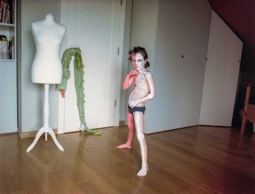 Marta-Kiela-Czarnik-Pismo-fotoreportaz-rodzina-kobiety-dom-rodzicielstwo-dziecko-kostium-zabawa