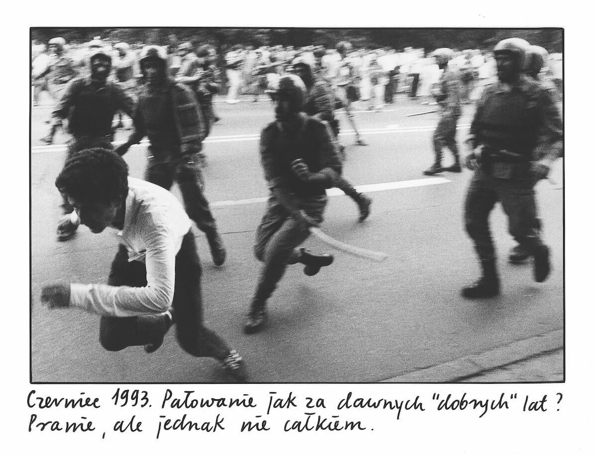 Mężczyzna ucieka przed milicją, która goni go z pałkami w rękach.
