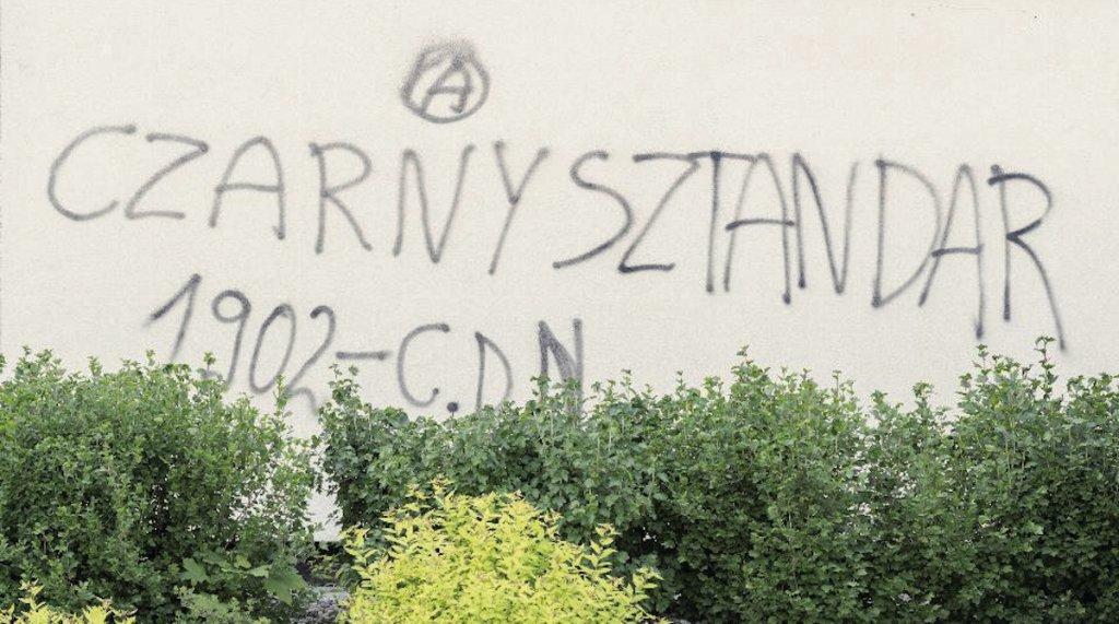 Napis na bloku: Czarny Sztandar. Szutka w Białymstoku.